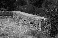 Labeaume - chaperon en pierre taillé
